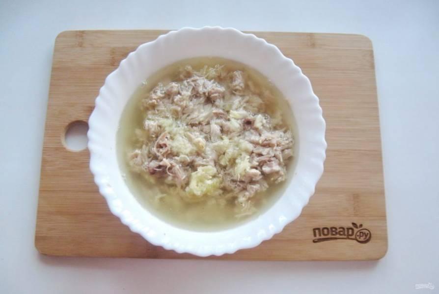 Залейте мясо бульоном с желатином. Но учтите, что это не обычный холодец. Поэтому много бульона не лейте.