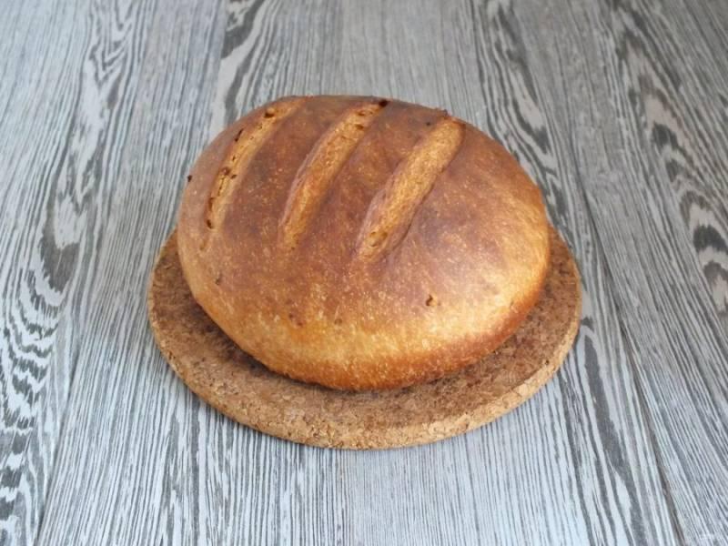 Готовый хлеб достаньте из духовки, переложите на доску, охладите. После заверните в полотенце и дайте отлежаться в течение 5-7 часов.