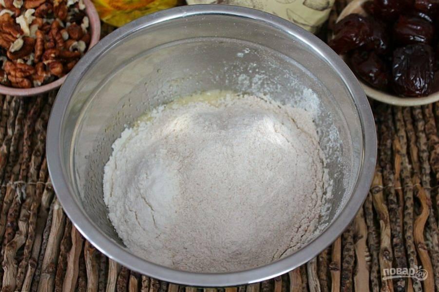 Насыпаем 2 вида муки, цельнозерновую и белую пшеничную.