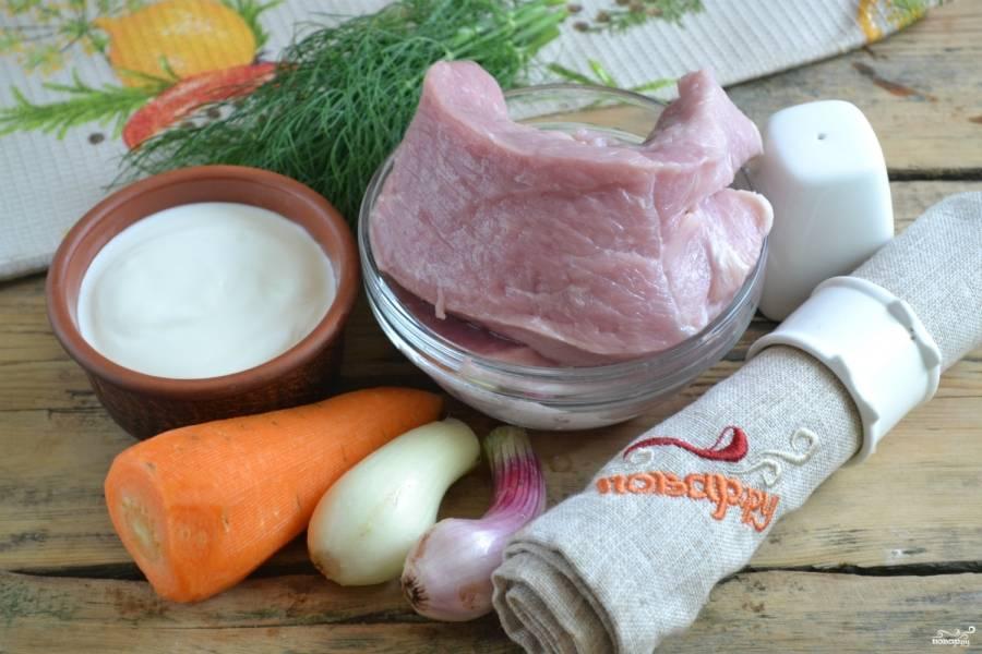 Подготовьте все необходимые ингредиенты. Лук и морковь очистите и хорошенько промойте.