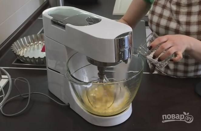 2. К желткам добавьте 2 ст. ложки сахара и начните взбивать, постепенно добавьте остальной сахар.