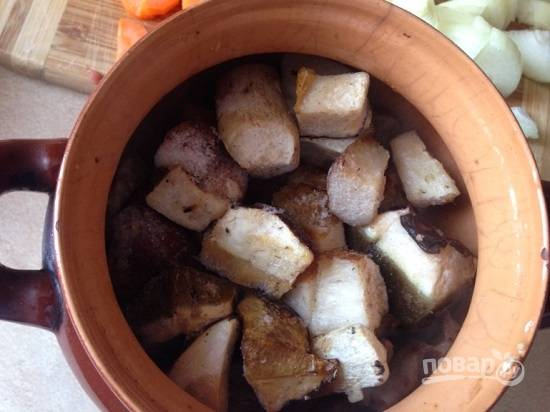 Поверх мяса выкладываем нарезанные грибы. У меня замороженные белые.