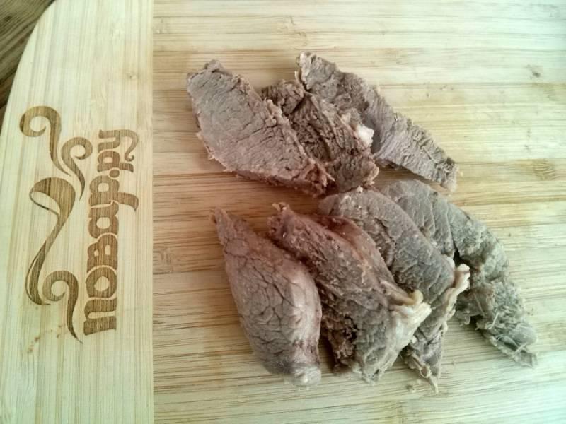 Мясо нарежьте ломтиками и выложите в жаропрочную форму.