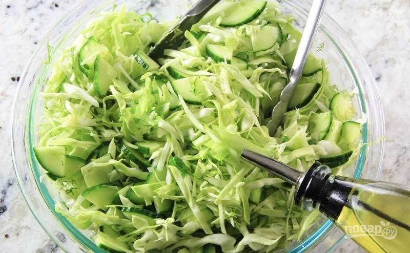 Добавьте уксус, соль и оливковое масло. Перемешайте и подавайте к столу.