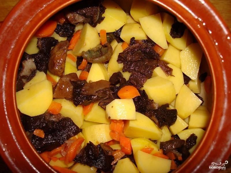 Картофель, морковку и грибочки нарезаем кубиками, перемешиваем и выкладываем в горшочки. Не забываем добавить немного соли.
