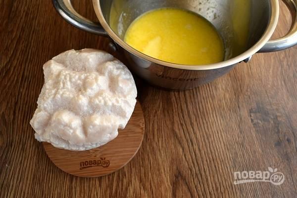 Дрожжи и 1 ст.л. сахара разведите в теплом молоке и оставьте на 15 минут до появления пенной шапочки. Сливочное масло (30г) растопите.