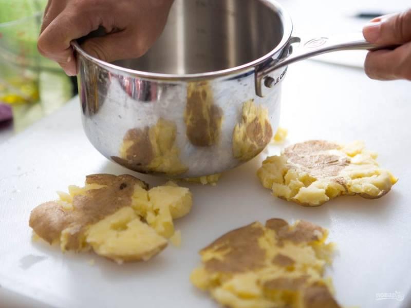3.Достаю картофель, остужаю его, затем раздавливаю его при помощи сотейника или скалки.
