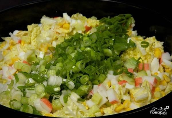 7. Вымойте, обсушите и нарежьте зеленый лук.