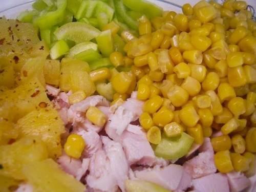 Болгарский перец очищаем от плодоножки и семян, промываем и нарезаем небольшими ломтиками. Отправляем его в миску с салатом. Нарезанный сыр и консервированную кукурузу без рассола добавляем туда же. Смешиваем все продукты в салате.