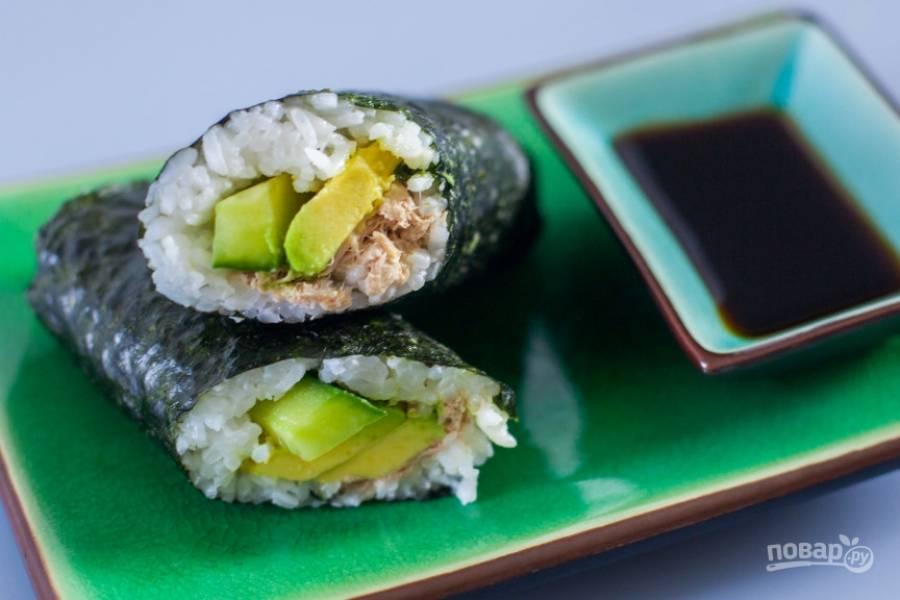 Консервированный тунец с рисом и авокадо
