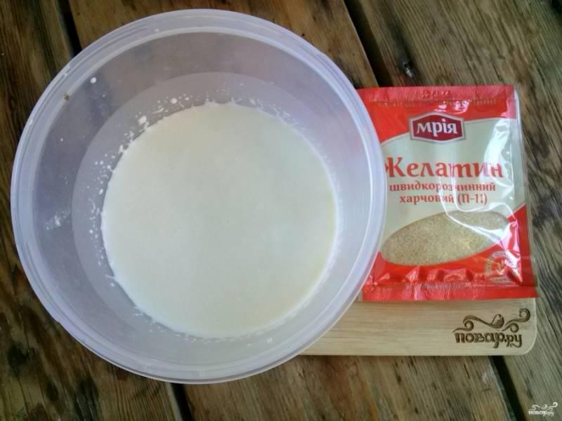Желатин замочите в холодном молоке на 10-15 минут для набухания.