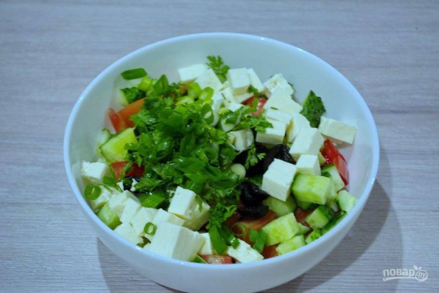 Измельчим зелень. Я взяла петрушку и зеленый лук, но можно добавить еще укроп, базилик и другую зелень по вашему выбору. Добавьте соль и перец.