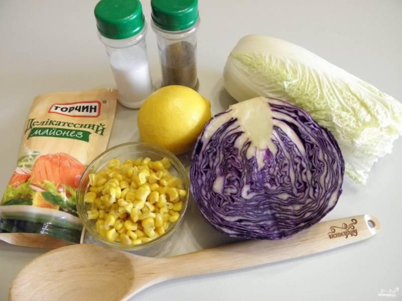 Приготовьте продукты для салата. Все овощи тщательно вымойте. Откройте банку с кукурузой от отцедите ее от жидкости.