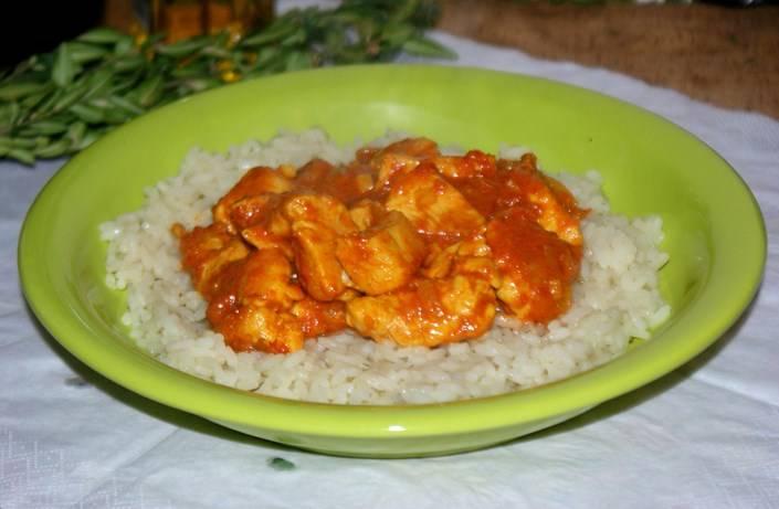 К такой курице можно подать и картошку, и гречку. В этот раз я решила отварить рис. Готовую курицу под соусом карри подаем с гарниром. Приятного аппетита!