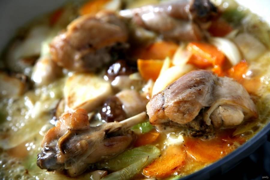 Кроличьи окорока обжариваем на смеси растительного и сливочного масла 20 минут. Отвариваем картофель. Все овощи, в том числе картофель, режем некрупно и отправляем в сковороду к кролику, когда он поджарится. Перемешиваем и тушим.