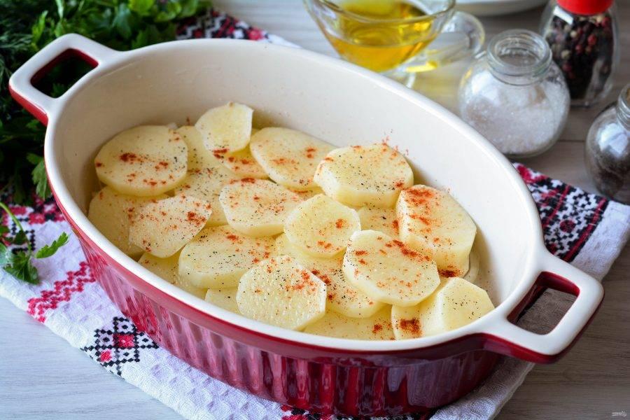 Картофельный слой присыпьте специями по вкусу - солью, черным перцем, паприкой и сушеным чесноком.