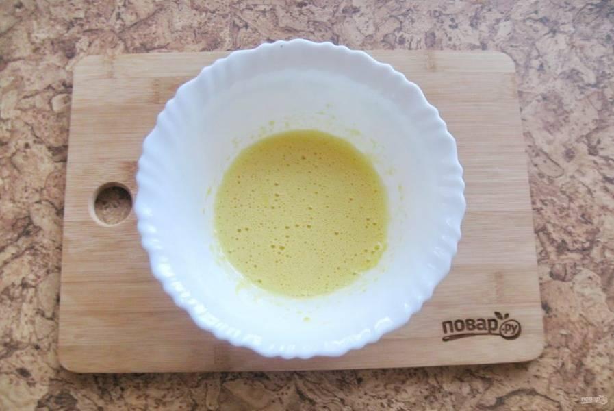 Отделите желтки от белков. Добавьте в желтки 30 грамм сахара и тоже взбейте миксером или венчиком.