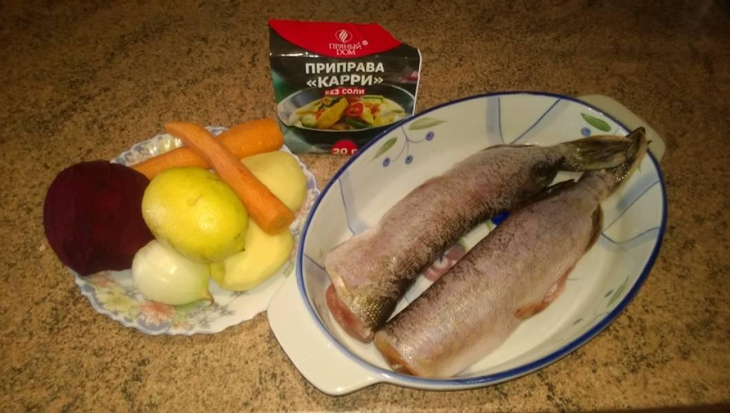 1. Подготовьте ингредиенты: рыбу выпотрошите, голову отрежьте, промыть. Картофель, свеклу, морковь, лук и чеснок почистите.
