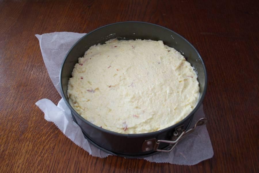 7. Дно формы застелите бумагой. Стенки формы смажьте растительным маслом. Выложите тесто в форму.