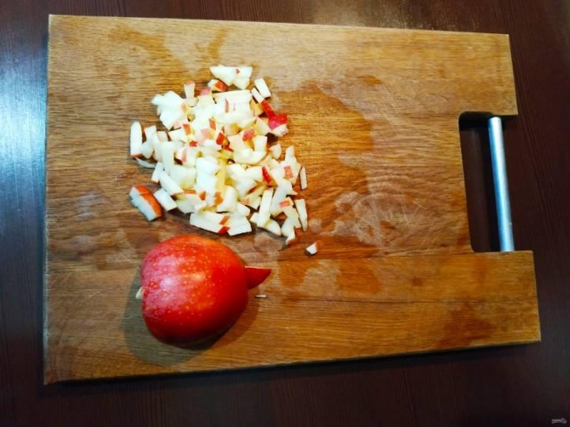 Пока тесто подходит, подготовьте начинку. Яблоки помойте и порежьте мелким кубиком. Смешайте с карамелью.