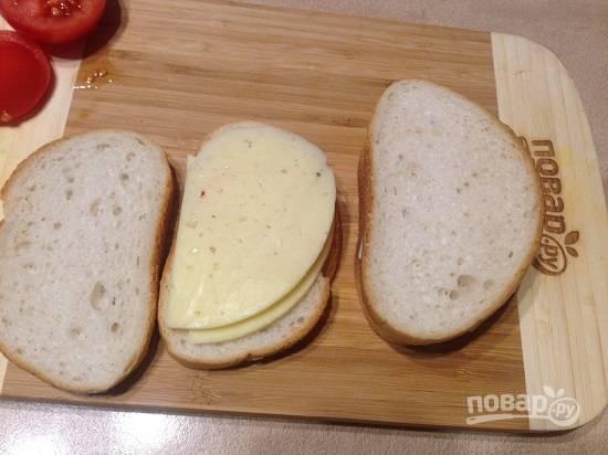 5. Прикрываем ломтиком сыра, а сверху накрываем оставшимся ломтиком хлеба.