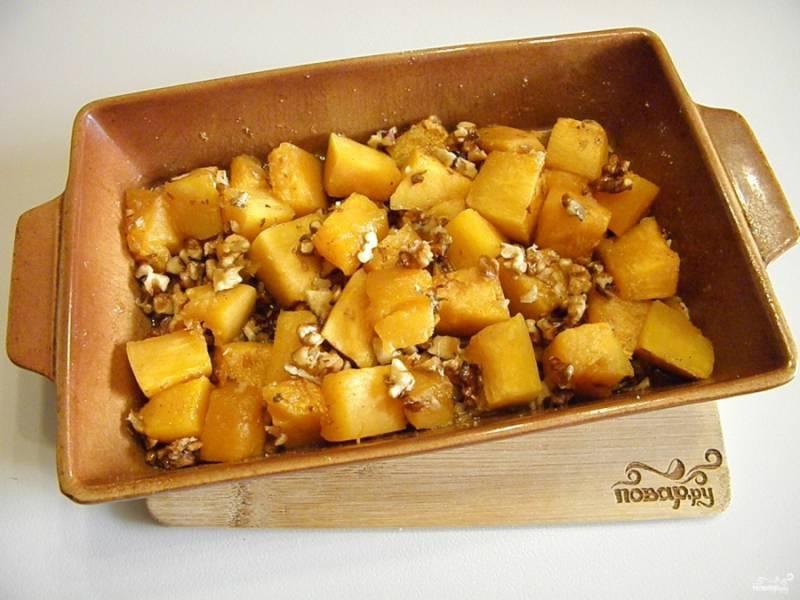 Готовность тыквы проверяйте, разные сорта тыквы могут готовится больше-меньше по времени. Готовой тыкве дайте немного остыть, потом разложите по тарелочкам, подавайте поливая выделившимся соком при запекании.
