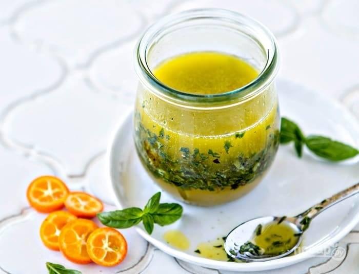 1.Вымойте кумкват и натрите на мелкой терке цедру, затем выдавите сок в банку, добавьте оливковое масло, бальзамический уксус, измельченный зеленый базилик, по вкусу соль и перец, хорошенько все размешайте.