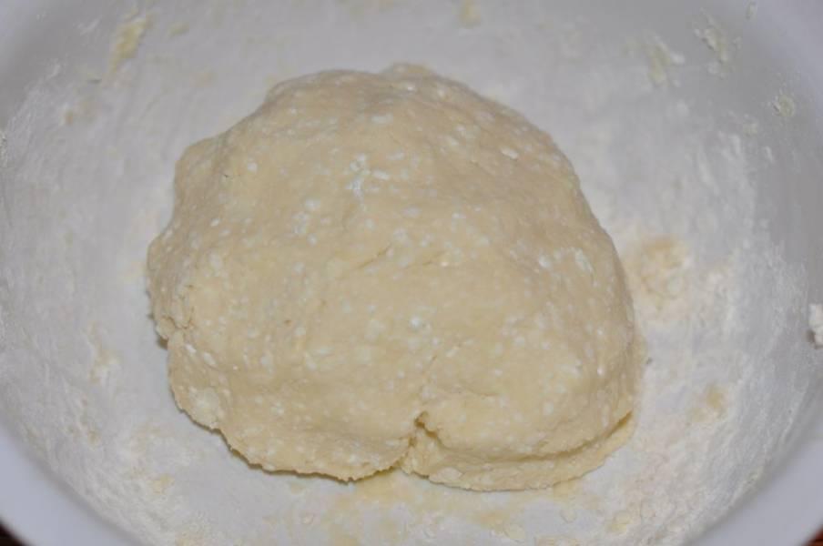 3. После в несколько приемов добавьте просеянную муку и замесите мягкое тесто. Оно не должно слишком прилипать к рукам, но и не переборщите с мукой, иначе печенье не будет нежным.