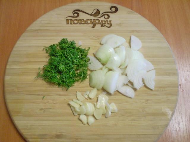 """Очищенные и вымытые овощи нужно мелко порезать. Зелень — просто """"порубить"""" ножом."""