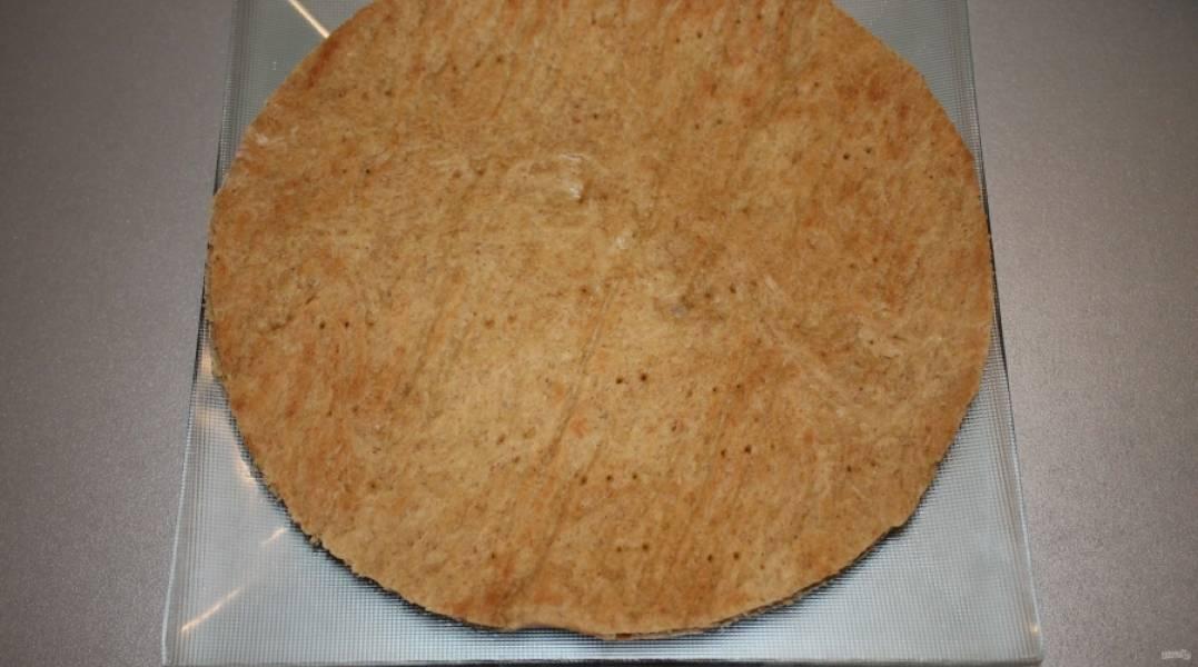 5.Достаю из духовки готовый корж и аккуратно обрезаю его по форме, перекладываю пласт на тарелку, а обрезки в отдельную миску, то же самое проделываю и с остальными коржами.