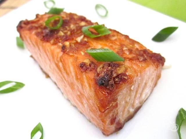 7.Переложите кусочки в тарелку и подавайте рыбку к столу.
