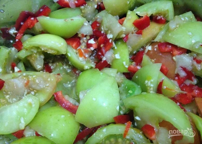 Перекладываем полученную массу к порезанным овощам. Вливаем уксус, кладем соль и сахар. Перемешиваем.
