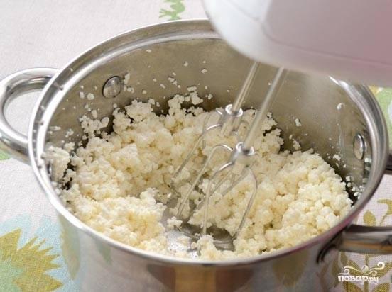 2. Дальше нужно взбить творог вместе с ванилью, 200 граммами сахара и яйцами. Эту смесь выкладываем поверх печенья и отправляем запекаться на 30-40 минут при 200 градусах. Должна появится румяная корочка сверху. Как появится - вынимаем.