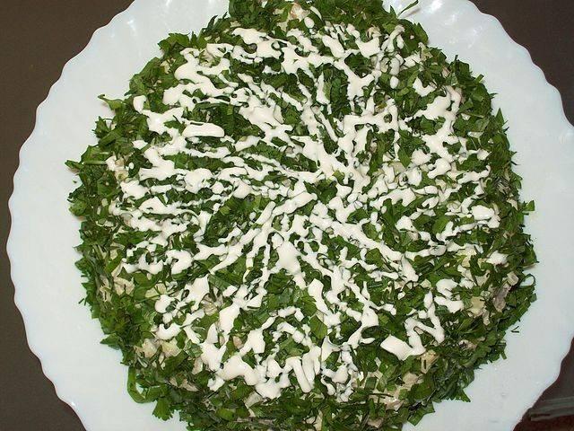 Теперь осталось соединить все ингредиенты и заправить салат майонезом и горчицей. Сверху посыпать зеленью.