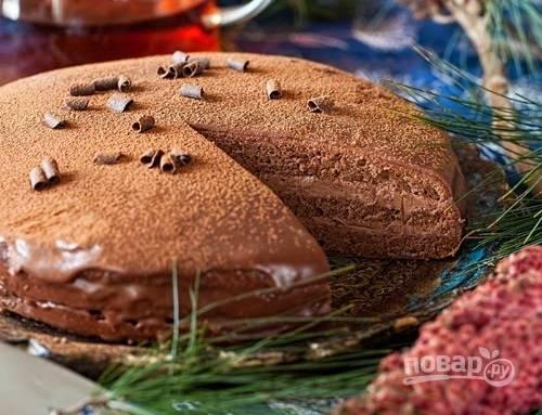 8. Для глазури прогрейте сливки и растопите в них шоколад и масло. Верх торта смажьте абрикосовым джемом и полейте шоколадной глазурью. Дополнительно можно присыпать какао или тертым шоколадом.