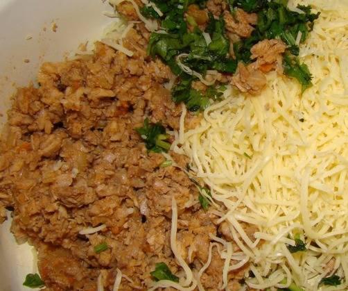 1. Грибы моем, обжариваем на сковороде вместе с луком и морковью. Затем измельчаем смесь при помощи блендера. Смешаем этот фарш с тертым сыром, специями и зеленью.