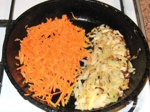 В сковороду наливаем растительное масло и обжариваем на нем вначале лук до золотистого цвета, а затем добавляем и морковь, жарим еще несколько минут.