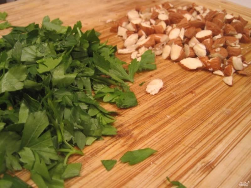 Начинка должна тушиться минут 20-25. Половину жидкости впитает рис, но он не должен полностью свариться, мы же еще будем запекать его в тыкве. Порежьте петрушку и миндаль. Добавьте к овощам и рису, а также посолите, поперчите по вкусу.