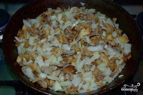 Пока гусь маринуется, займемся начинкой. Порежем кусочками грибы, покрошим лук и поджарим все это на небольшом количестве масла.