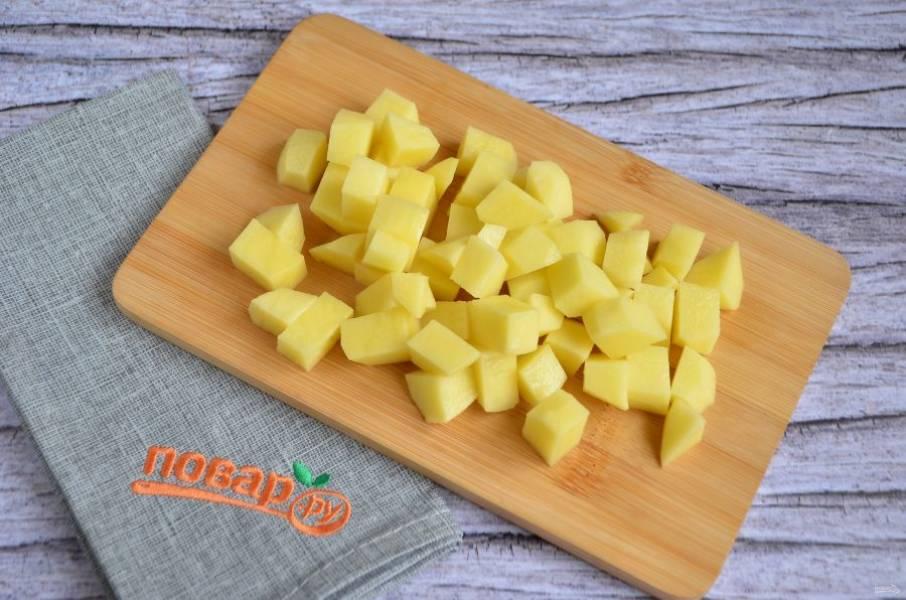 4. Порежьте картофель кубиками, положите в бульон и варите 10-15 минут.