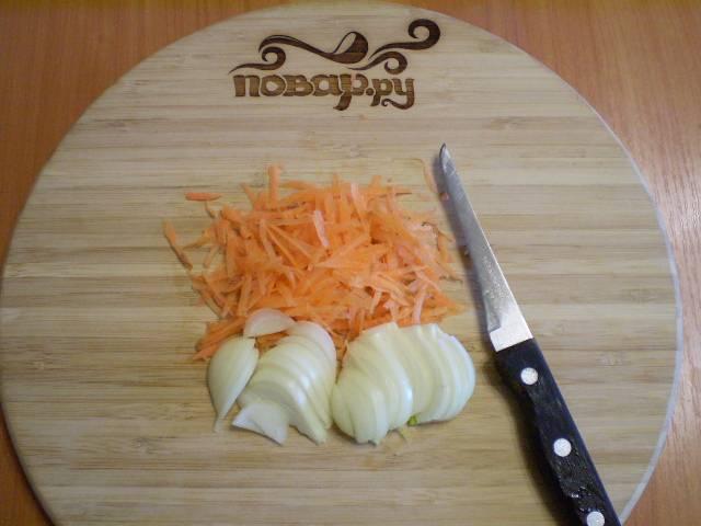 4. Чистим и режем лук полукольцами. Морковь можно порезать мелко или натереть на терке.