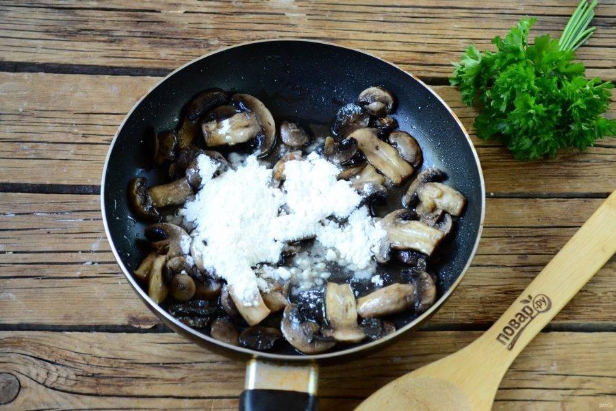 На сковороде растопите сливочное масло, отправьте в него грибы и жарьте 5-7 минут. Затем добавьте муку и перемешайте.