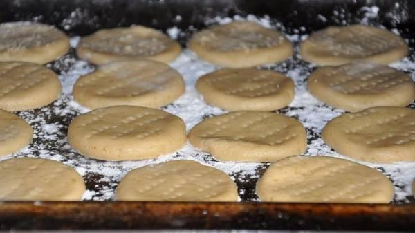 4. С помощью выемок можно придать ему любую форму. Как сделать печенье домашнее на сметане без формочек? Очень просто - достаточно скатать небольшие шарики и размять рукой кружочком.