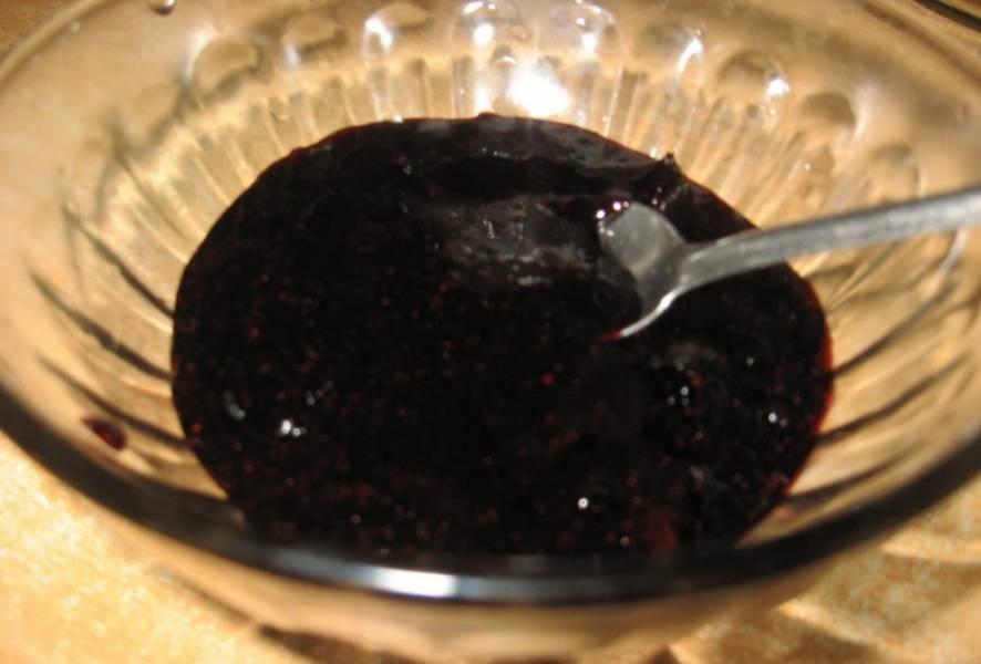 6. Пока бисквит охлаждается, сделаем еще один крем из маскарпоне: взбиваем сыр со стаканом сахара до состояния пышной массы. Когда наши коржи немного остынут, начинаем их промазывать кремом и сиропом. Нижний слой промазываем черничным джемом, средний слой - кремом из маскарпоне и третий уровень смазываем растопленным шоколадом. Бока торта также нужно промазать шоколадом.
