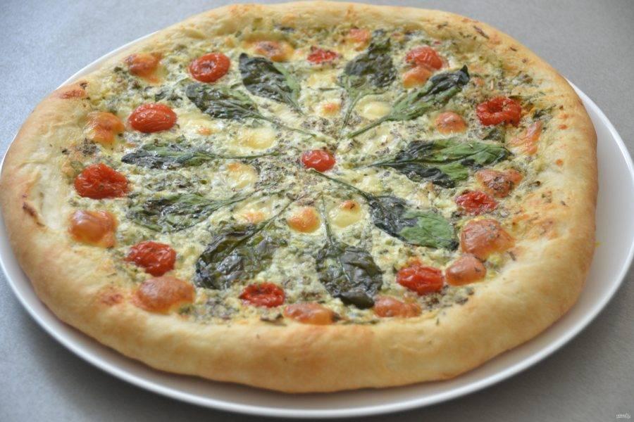 Выпекайте пиццу в предварительно разогретой духовке при температуре 200-220 градусов в течение 20-25 минут.