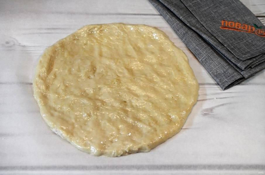 2. На пергаменте сформируйте круг. Смажьте основу оливковым маслом.