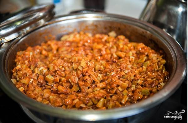 Время тушения – 25-30 минут. Не забудьте перемешать овощную смесь во время этого процесса еще раз. Тушеная кабачковая икра готова!