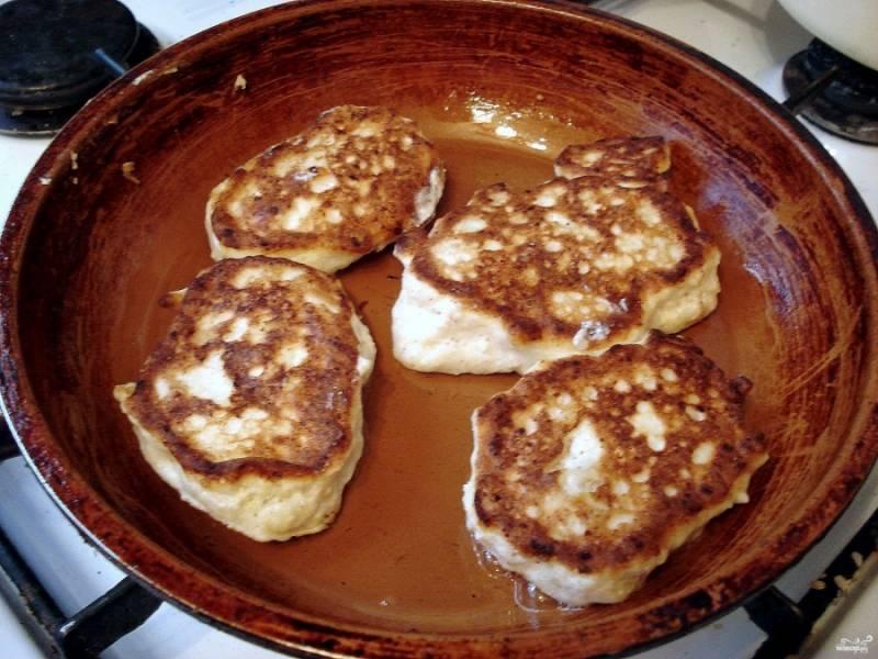 Возьмите сковородку, влейте на нее небольшое количество рафинированного масла. Поставьте сковородку на огонь и подождите, пока она раскалится. Выкладывайте ложкой на сковороду тесто для оладий, обжаривайте их с двух сторон до румяной корочки.