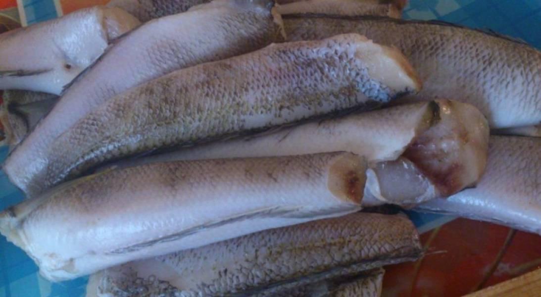 Если нужно, рыбу почистите от чешуи.