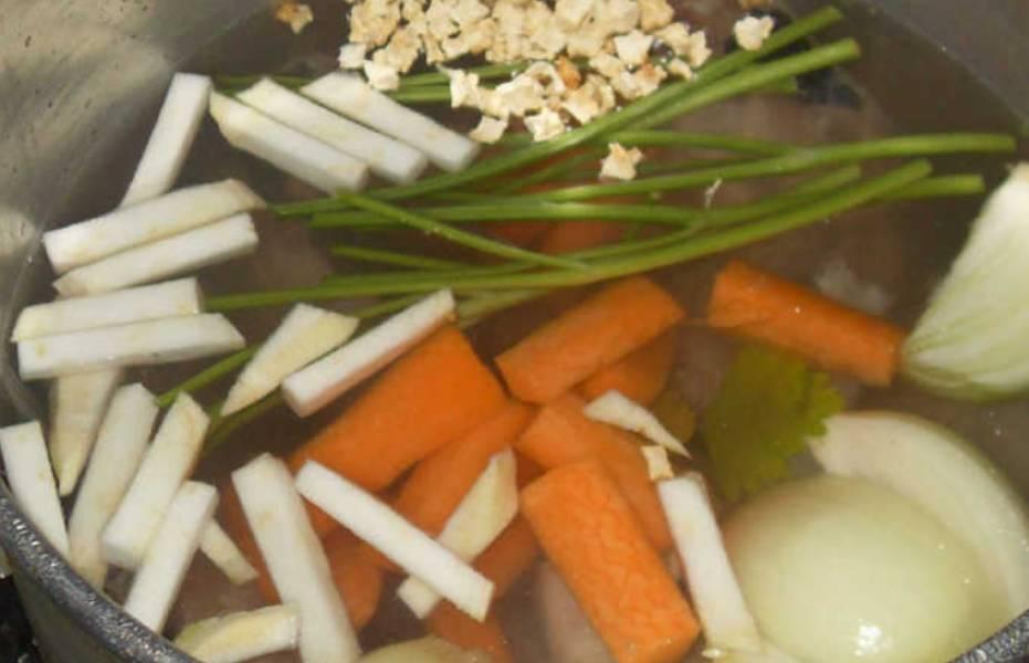 Рыбу разделываем, отделив филе. Все овощи очищаем и мелко нарезаем. Складываем в кастрюлю все отходы от трески и добавляем овощи и петрушку. Заливаем холодной водой, кипятим и варим на медленном огне 1 час.